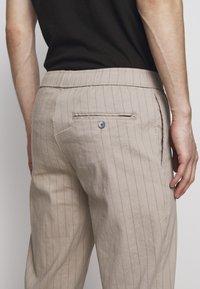 Theory - GRAHAM ALARO STRIPE - Pantalon classique - beige stone - 5