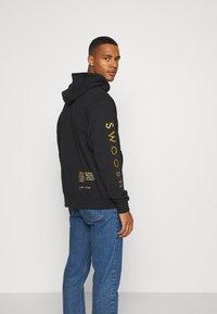 Nike Sportswear - HOODIE - Sudadera con cremallera - black/gold - 3