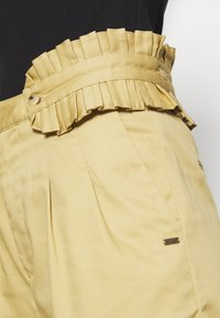 Scotch & Soda - CLEAN WITH DETACHABLE PLEATED BELT - Bukse - sand - 5