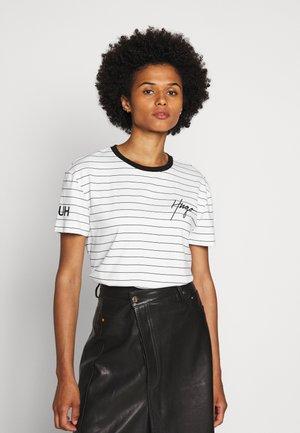 DORINITA - T-shirt z nadrukiem - white