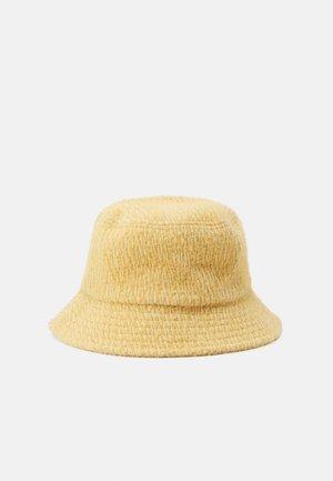 PCFNULLE BUCKET HAT - Chapeau - ochre