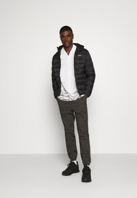 Jack & Jones - JJVINCENT PUFFER HOOD - Zimní bunda - black - 1