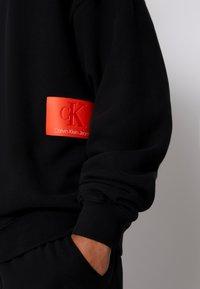 Calvin Klein Jeans - OVERSIZED BADGE - Sweatshirt - black - 6