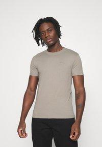 Calvin Klein Jeans - SLIM TEE 3 PACK - Jednoduché triko - olive/black/grey - 2