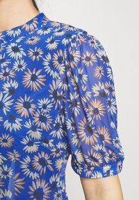 Glamorous Petite - EXCLUSIVE PRINTED PUFF SLEEVE - Denní šaty - blue - 5
