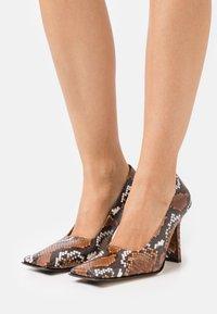 MIISTA - ORANA - Classic heels - white/brown - 0