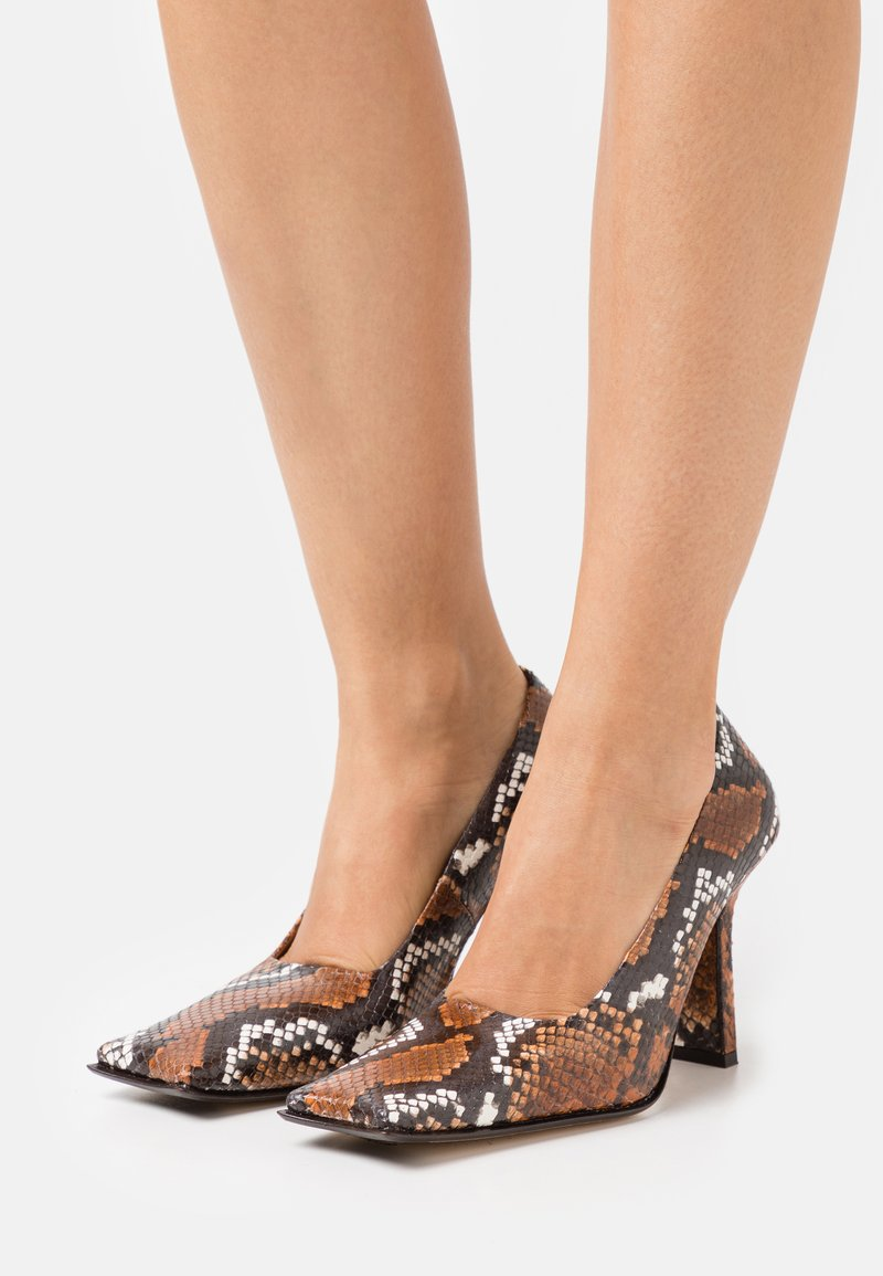 MIISTA - ORANA - Classic heels - white/brown