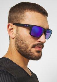 Oakley - HOLBROOK - Sonnenbrille - matte black/prizm violet - 2