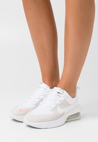 Nike Sportswear - AIR MAX VERONA - Joggesko - white/sail/atomic pink/stone/metallic gold - 0