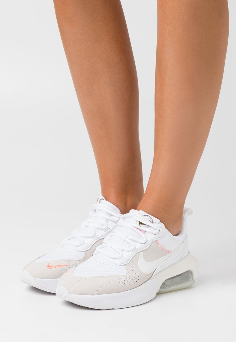 Nike Sportswear - AIR MAX VERONA - Joggesko - white/sail/atomic pink/stone/metallic gold