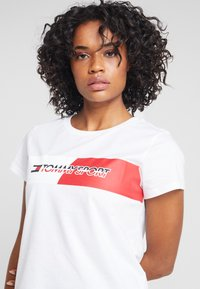 Tommy Sport - GRAPHIC FLAG TEE - Print T-shirt - white - 4