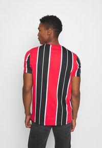 Brave Soul - ROCKY - Print T-shirt - black/red/white/gold - 2