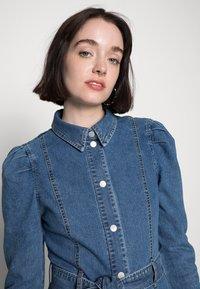 Vero Moda - VMMAGGIE SHORT DRESS - Denim dress - medium blue denim - 4