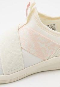 Puma - PROWL SLIP ON ANIMAL - Chaussures de running neutres - whisper white/rose gold - 5