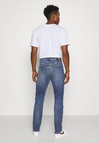 Calvin Klein Jeans - SLIM TAPER - Zúžené džíny - denim medium - 2