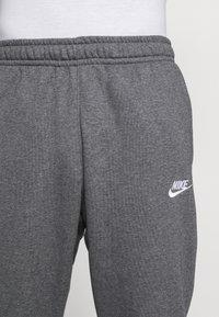 Nike Sportswear - CLUB - Pantalon de survêtement - charcoal heathr/anthracite/white - 5
