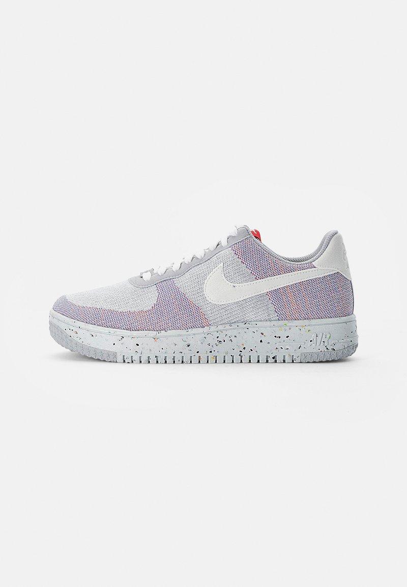 Nike Sportswear - AF1 CRATER - Zapatillas - wolf grey/white-pure platinum-gym red