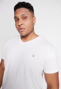 GANT - THE ORIGINAL SLIM V NECK  - T-shirt med print - white - 3