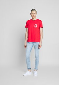 Bioworld - JAWS TEE - Printtipaita - red
