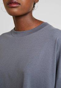 Weekday - HUGE - Žerzejové šaty - grey medium dusty - 6