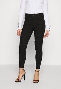 Vero Moda Petite - VMHOT SEVEN MR BIKER PANTS - Jeans Skinny Fit - black - 0