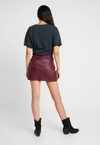 Topshop - HARDWEAR DETAIL - Mini skirt - burgundy - 2