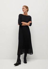 Mango - PLISSÉE - Maxi dress - noir - 0