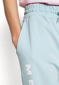 Mennace - MENNACE SUNDAZE FACE  - Pantalon de survêtement - light blue - 4