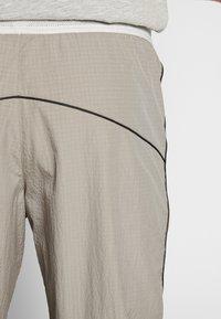 Nike Sportswear - Teplákové kalhoty - khaki/light bone - 4