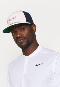 Nike Golf - AEROBILL TRUE RETRO UNISEX - Gorra - orange pearl/obsidian/dust - 0