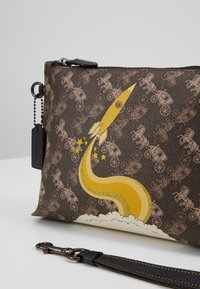 Coach - HORSE AND CARRIAGE ROCKET CHARLIE POUCH - Trousse - brown/black - 2
