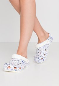 Crocs - CLASSIC LIBERTY GRAPHIC - Slippers - white - 0
