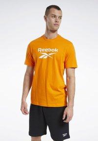 Reebok Classic - CLASSICS VECTOR T-SHIRT - Print T-shirt - orange - 0