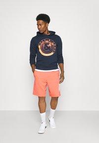 Nike Sportswear - ALUMNI - Träningsbyxor - turf orange - 1