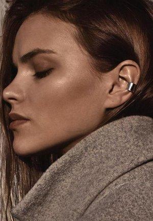 BOLD FLAT EAR CUFF - Earrings - silver