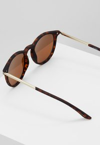 Pilgrim - SUNGLASSES MACON - Sunglasses - brown - 3