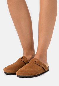 Rubi Shoes by Cotton On - REX STUD CLOSED TOE MULE - Chaussons - tobacco rough - 0