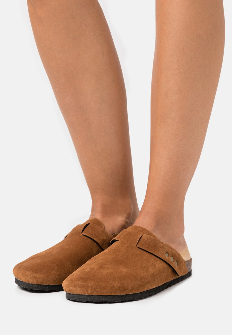 Rubi Shoes by Cotton On - REX STUD CLOSED TOE MULE - Chaussons - tobacco rough