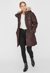 Vero Moda - Płaszcz zimowy - chocolate plum - 1