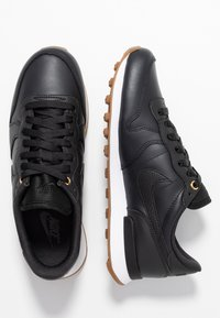 Nike Sportswear - INTERNATIONALIST PRM - Trainers - off noir/white/medium brown - 3