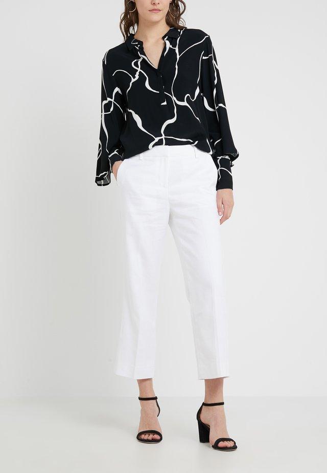 PEYTON PANT IN TRAVELER - Pantalones - white