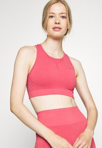 ONLY Play - ONPJAVO CIRCULAR BRA - Sports bra - holly berry - 0