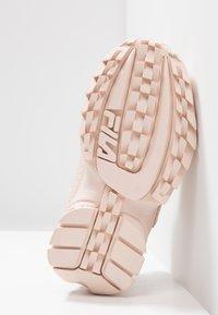 Fila - DISRUPTOR - Sneakers basse - peach whip - 5