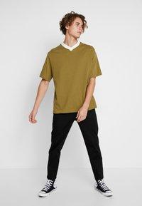 Weekday - FRANS V-NECK - Jednoduché triko - khaki - 1