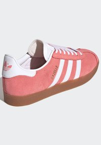 adidas Originals - GAZELLE SHOES - Sneakers laag - red - 4