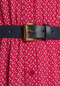 MICHAEL Michael Kors - PRINTED BELTED SHIFT DRESS - Shirt dress - crimson - 6