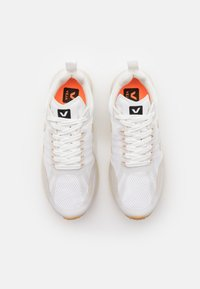 Veja - CONDOR 2 - Neutral running shoes - white/pierre - 3