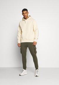 Burton Menswear London - CARGO ZIP JOGGER - Trainingsbroek - khaki - 1