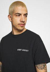 Night Addict - T-shirt con stampa - black - 3