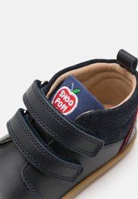 Shoo Pom - BOUBA BOY - Chaussures à scratch - navy/blue/red - 5